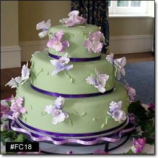 image gateau de mariage recouvert de pate d'amende verte et fleurs piquées dedans