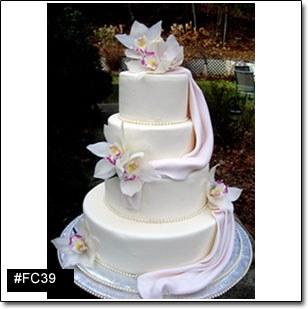 de mariage blanc et haut fait de quatre étages de gateau, avec des ...